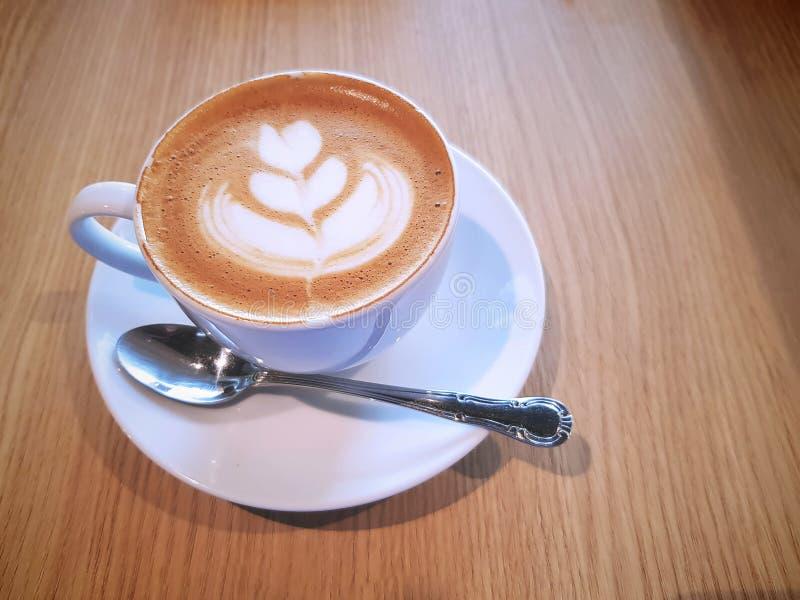 Caffè caldo con il fiore cremoso Art Pattern immagini stock libere da diritti