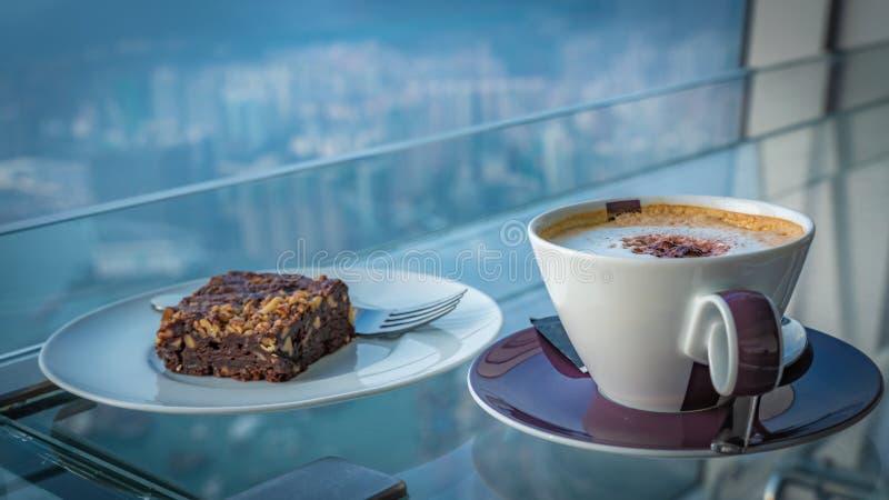 Caffè caldo del cappuccino con il brownie del cioccolato fotografie stock