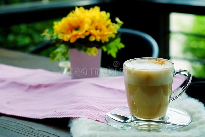 Caffè caldo del cappuccino sulla tavola di legno con tempo accogliente immagine stock libera da diritti