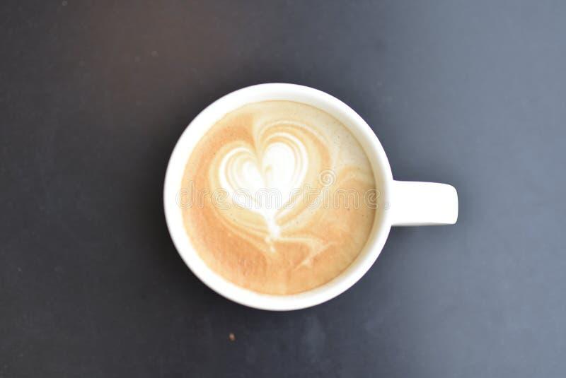 Caffè caldo del latte di vista superiore con il modello del cuore immagini stock libere da diritti
