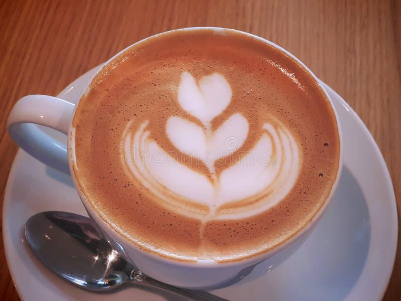 Caffè caldo del primo piano con il fiore cremoso Art Pattern fotografie stock