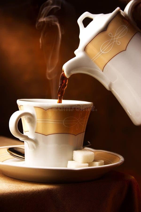 Caffè caldo di versamento immagine stock