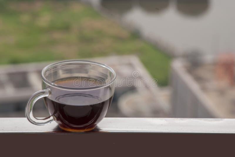 Caffè caldo disposto sul balcone fotografia stock