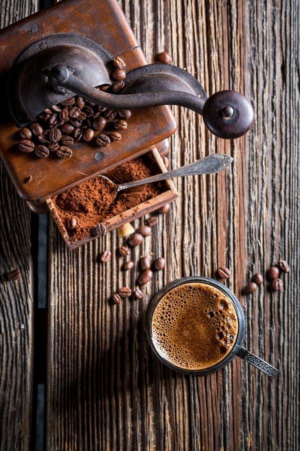 Caffè caldo e vecchia smerigliatrice fotografia stock libera da diritti