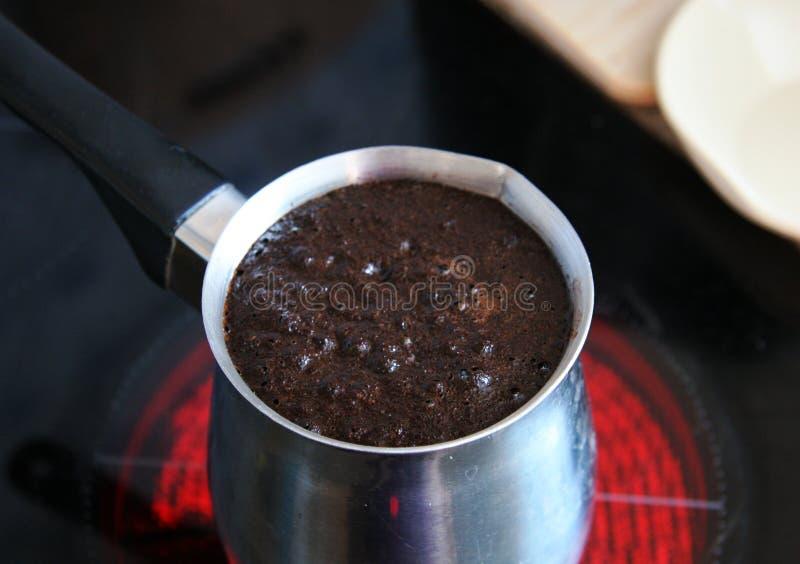 Caffè che bolle in un jezve fotografia stock libera da diritti