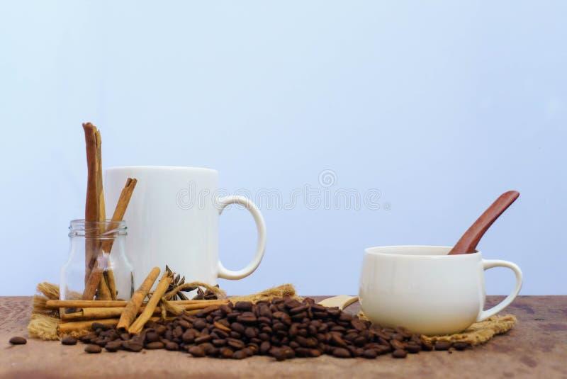 Caffè con cannella su una tavola di legno Vista da sopra fotografia stock libera da diritti
