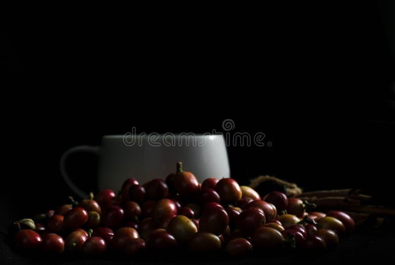Caffè con cannella su una tavola di legno Vista da sopra fotografie stock libere da diritti