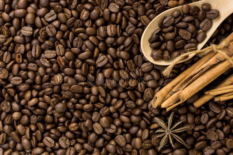 Caffè con cannella su una tavola di legno Vista superiore da sopra immagini stock libere da diritti