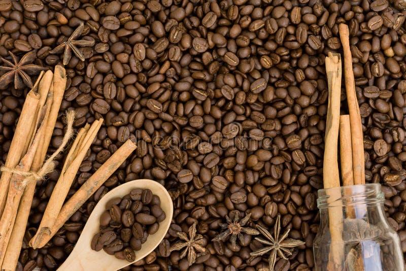Caffè con cannella su una tavola di legno Vista superiore da sopra immagini stock
