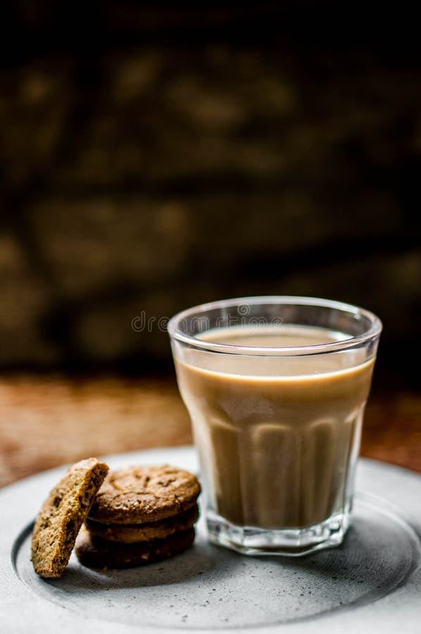 Caffè con i biscotti su fondo rustico immagine stock
