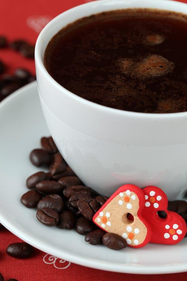 Caffè con i cuori e i caffè-fagioli fotografia stock libera da diritti