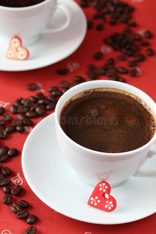 Caffè con i cuori e i caffè-fagioli immagine stock