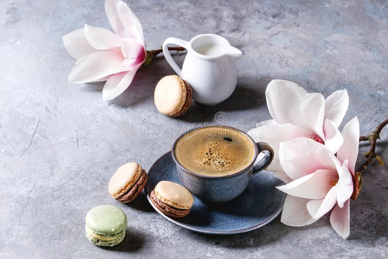 Caffè con i fiori della molla fotografie stock