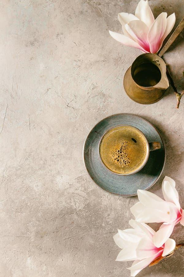 Caffè con i fiori della molla immagini stock