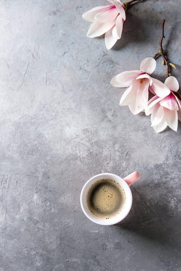 Caffè con i fiori della molla immagini stock libere da diritti