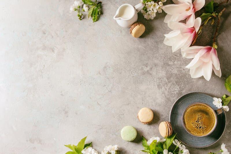 Caffè con i fiori della molla fotografia stock libera da diritti