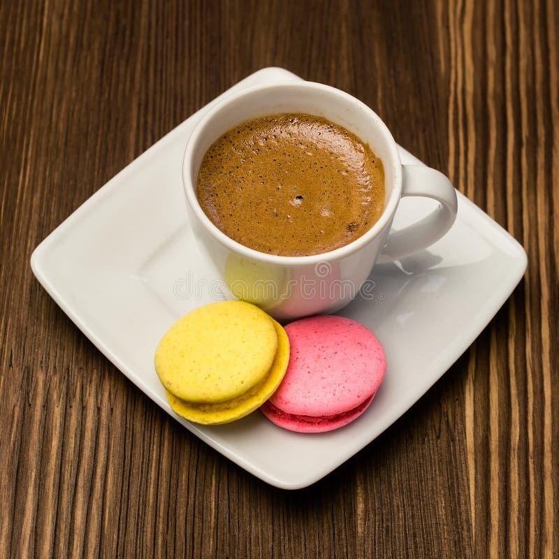 Caffè con i maccheroni variopinti fotografia stock libera da diritti