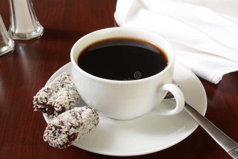 Caffè con i rotoli della data fotografia stock libera da diritti