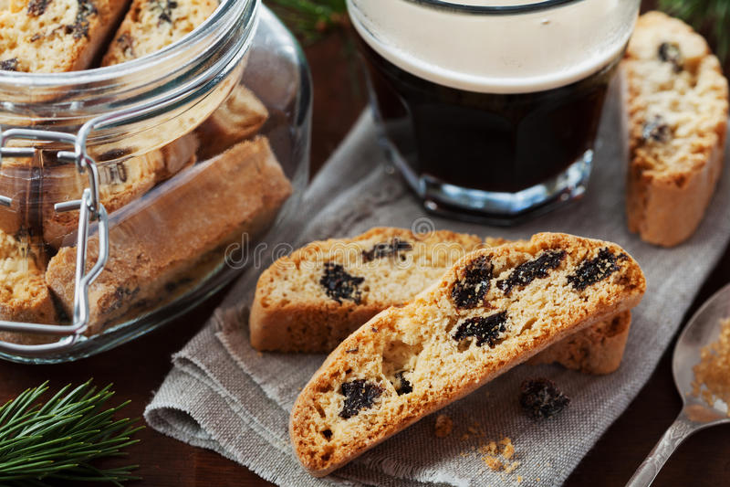 Caffè con il biscotti o cantucci sulla tavola d'annata di legno, biscotto italiano tradizionale fotografia stock