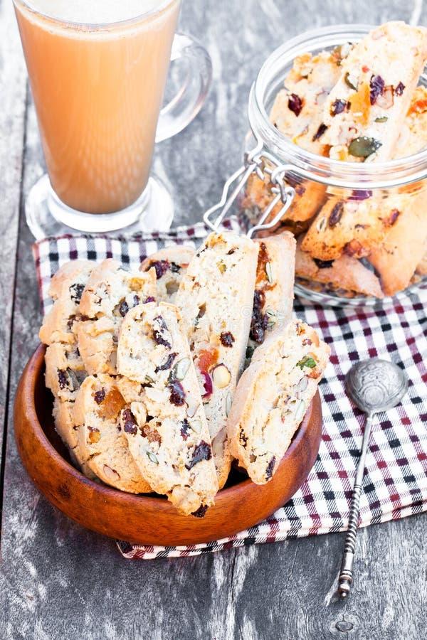 Caffè con il biscotti sulla tavola d'annata di legno immagine stock libera da diritti