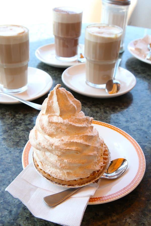 Caffè con la torta della meringa fotografia stock