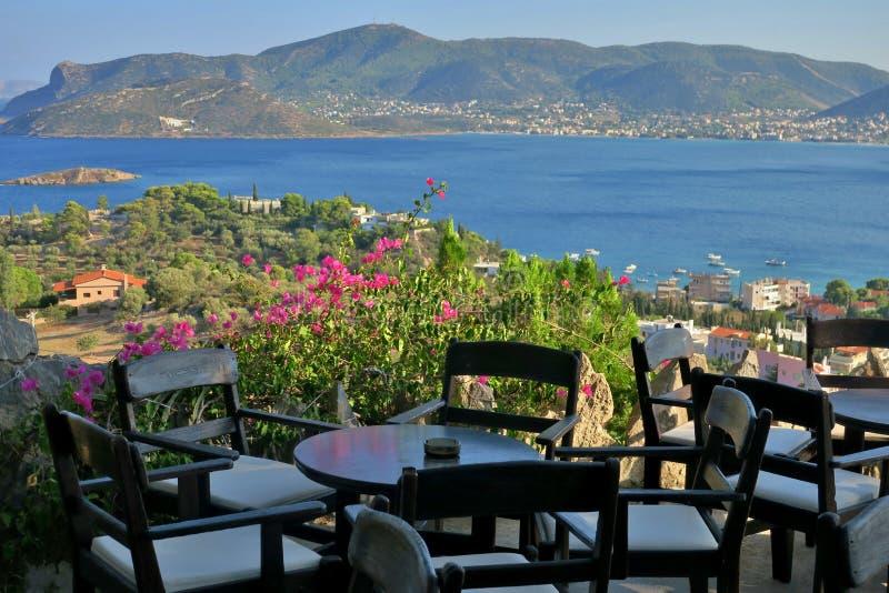 Caffè con una bella vista di grandi mare e montagne blu immagini stock libere da diritti