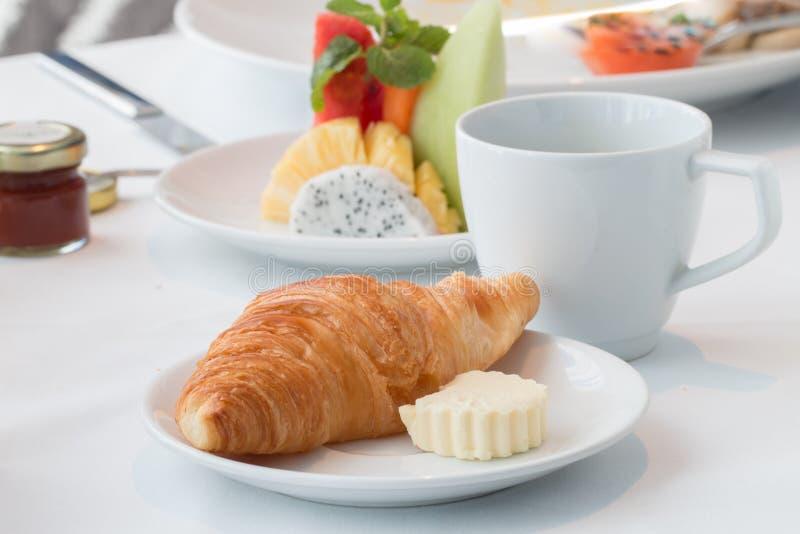 Caffè, croissant e frutta fresca mista di mattina fotografia stock