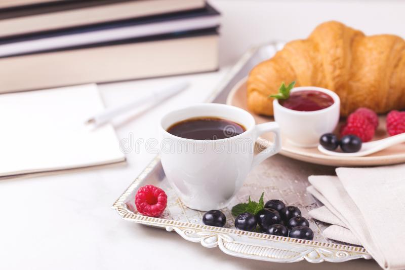 Caffè, croissant, plaid Concetto di formazione Fuoco selettivo fotografie stock