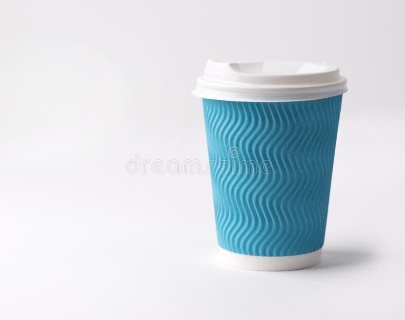 Caffè da portar via in tazza di carta su un fondo bianco fotografie stock
