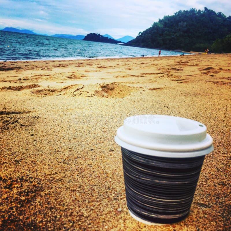 Caffè dalla spiaggia immagine stock