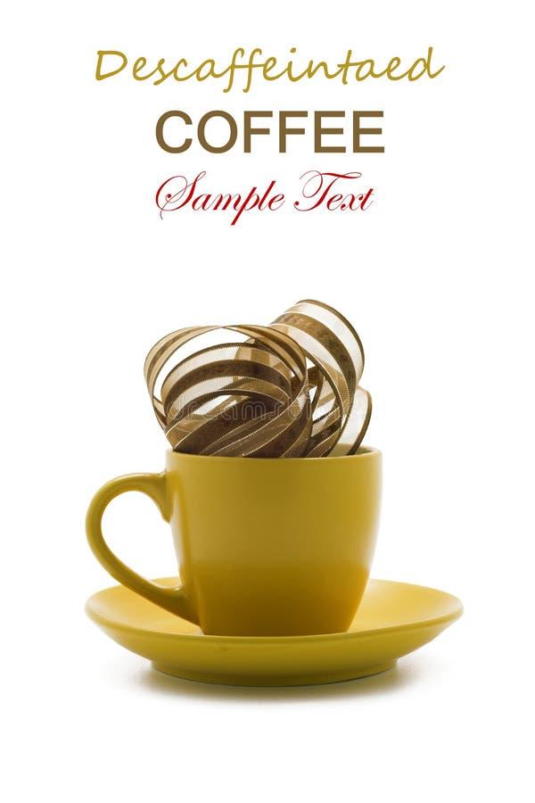 Caffè decaffeinato in tazza gialla. Serie concettuale. isolato fotografie stock