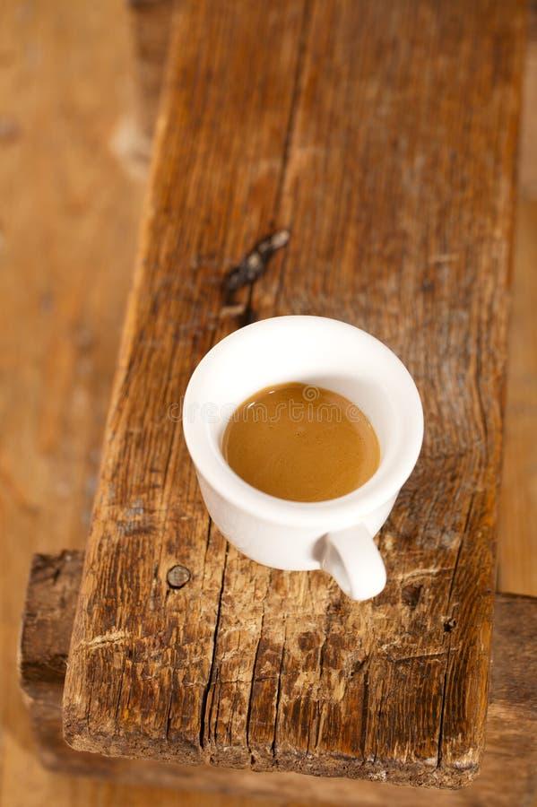 Caffè del caffè espresso nel banco di legno della tazza bianca spessa immagini stock libere da diritti