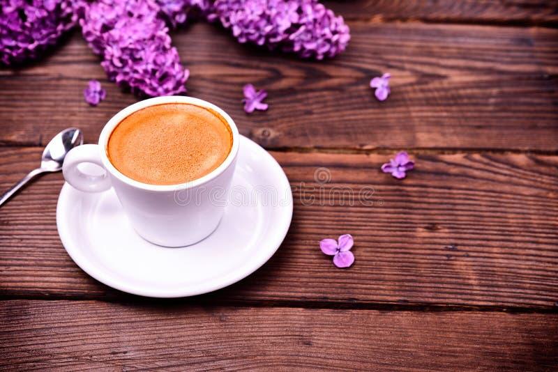 Caffè del caffè espresso in una piccoli tazza e piattino bianchi immagini stock libere da diritti