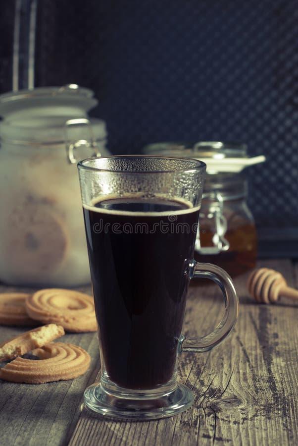 Caffè del caffè espresso Bevanda del caffè espresso con crema, completata con panna montata Priorità bassa di legno rustica fotografia stock