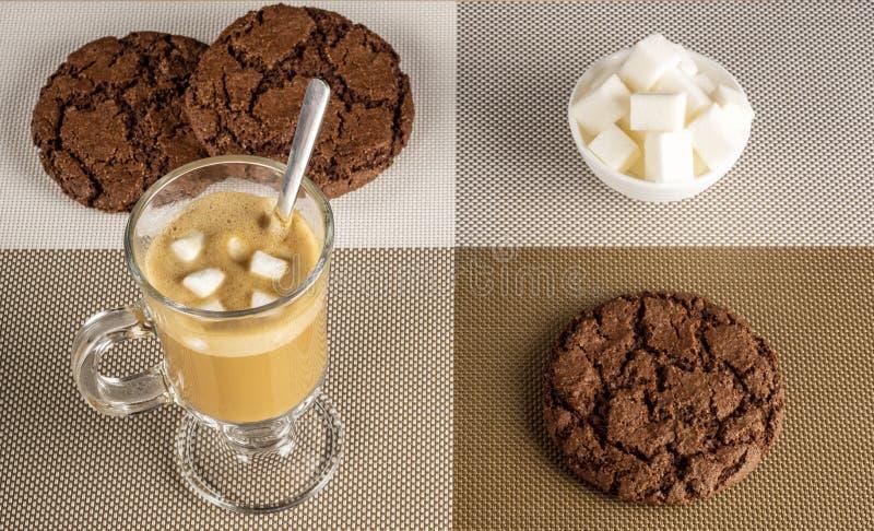 Caffè del caffè espresso con i biscotti di pepita di cioccolato e delle caramelle gommosa e molle immagini stock