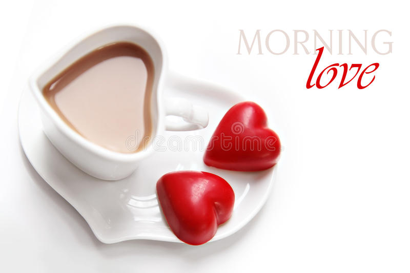 Caffè del giorno del biglietto di S. Valentino con il cioccolato del cuore fotografia stock libera da diritti