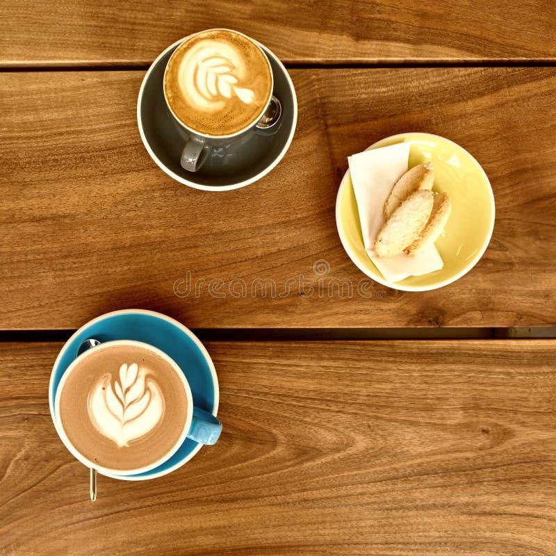 Caffè del Latte con il croissant immagini stock