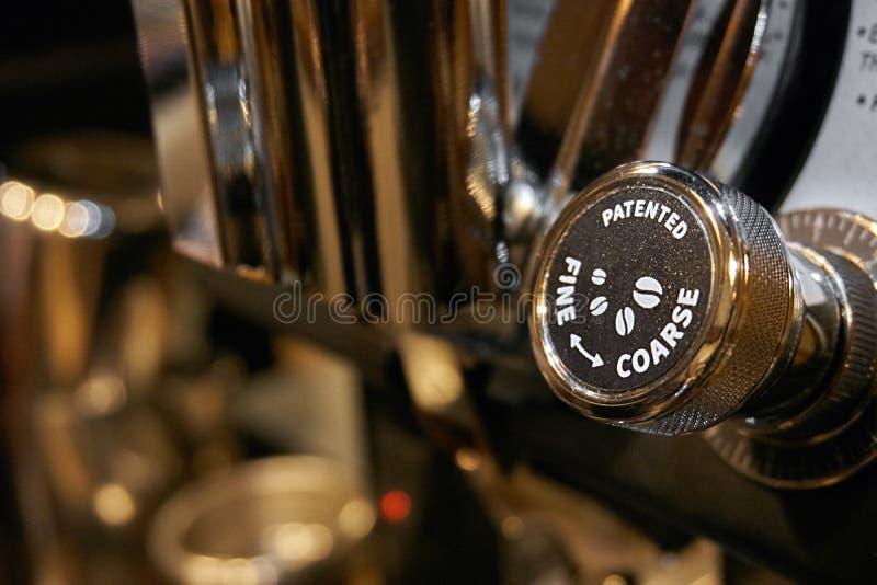 Caffè del latte e del caffè espresso che fa strumento fotografia stock libera da diritti