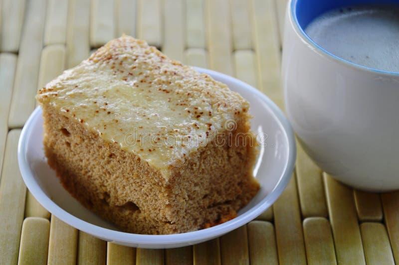 Caffè del latte e del dolce sul piatto di bambù fotografia stock libera da diritti