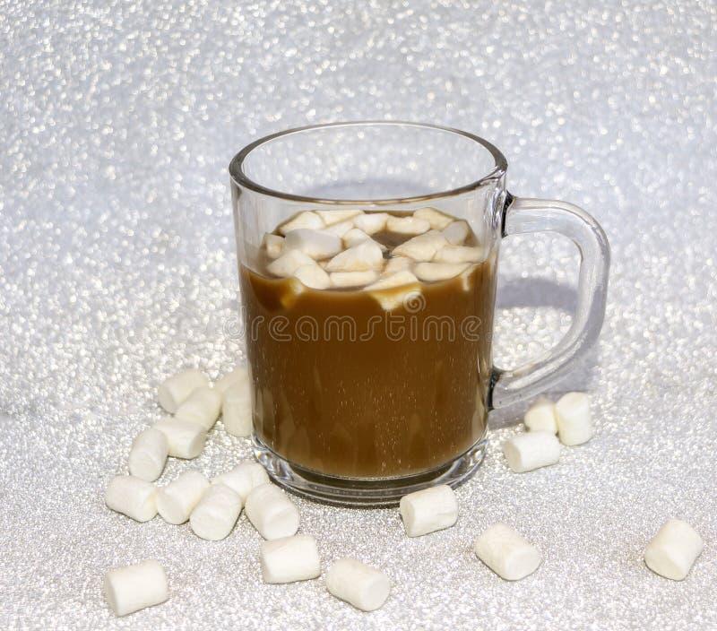 Caffè delizioso caldo con l'aria dolce della caramella gommosa e molle su fondo d'argento immagini stock