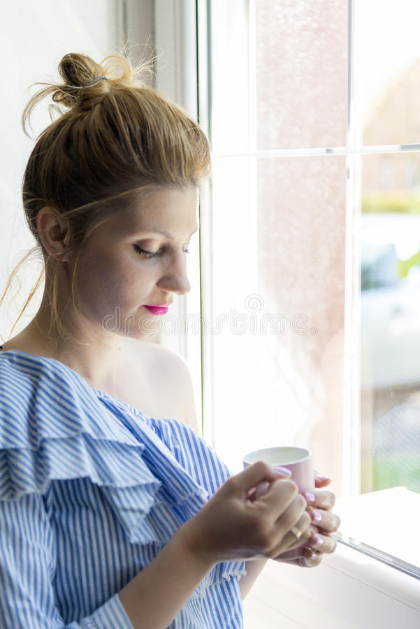 Caffè della bevanda della donna fotografia stock libera da diritti