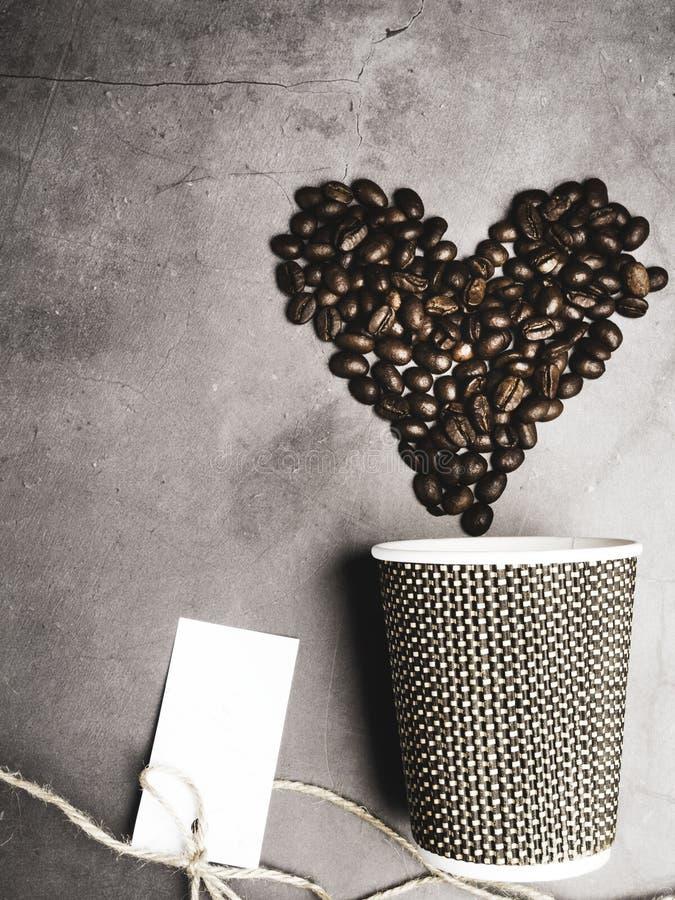 caff? della carta di vista superiore da andare tazza e cuore fatti dai chicchi di caff?, filo decorativo, falso sulla tazza di ca fotografie stock