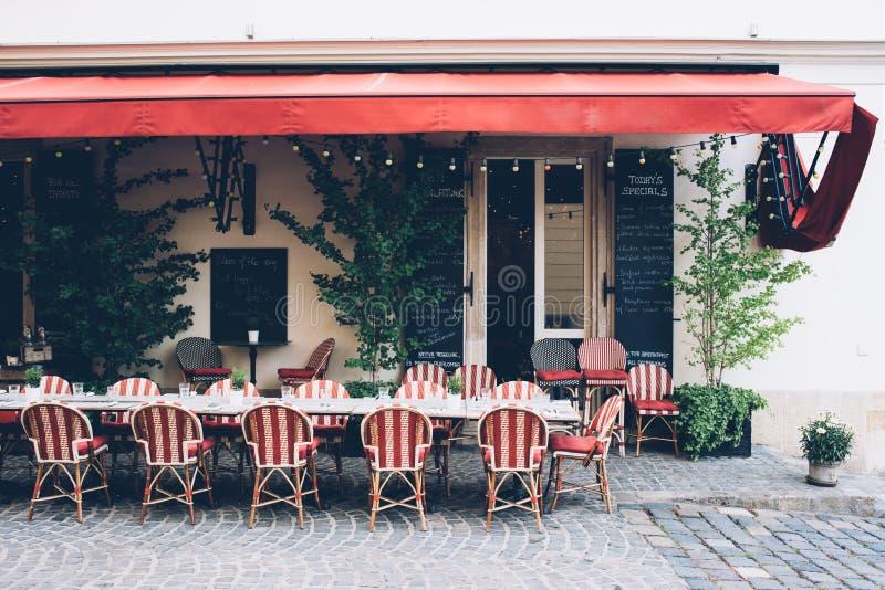 Caffè della città con le sedie di vimini sul marciapiede, piccolo ristorante fotografia stock