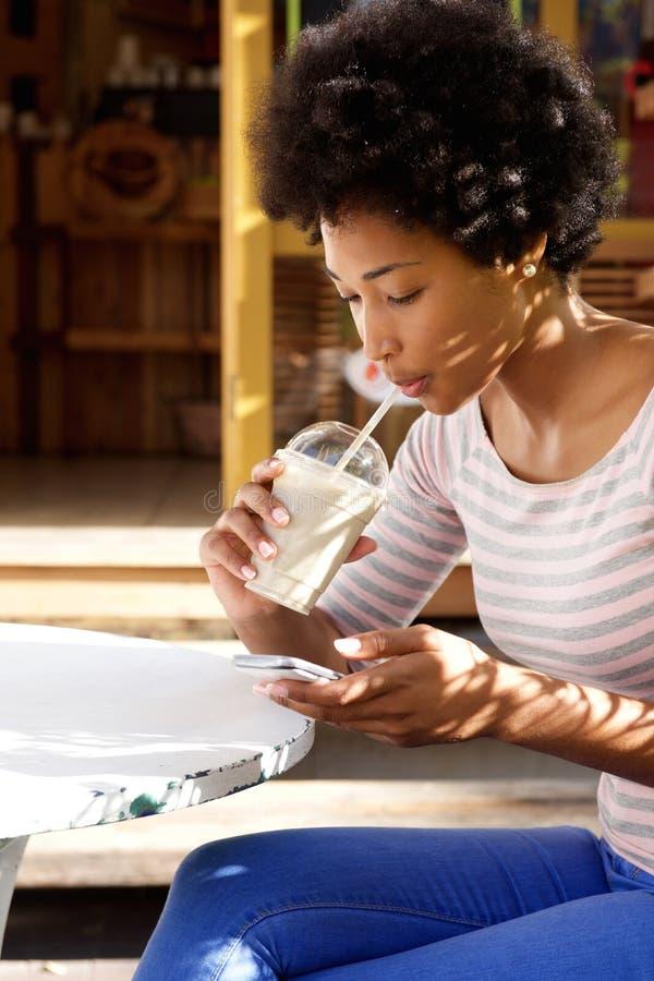 Caffè della giovane donna africana e testo beventi di invio fotografia stock libera da diritti