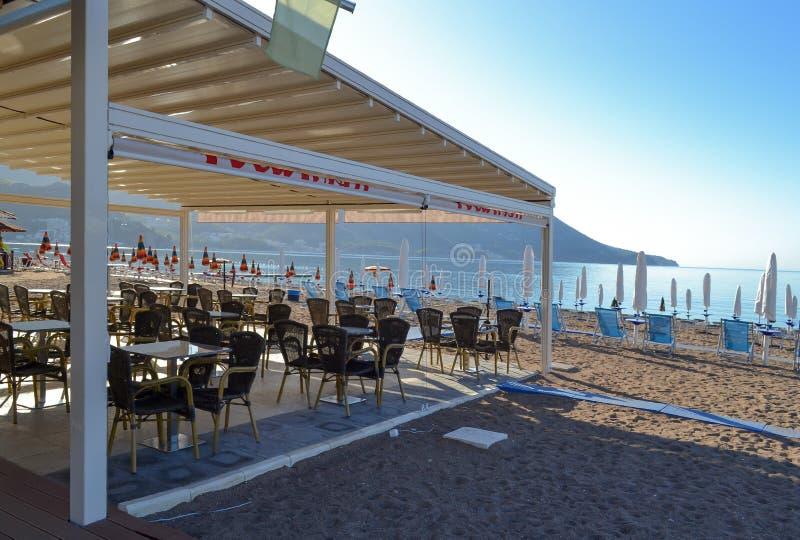 Caffè della spiaggia sotto un baldacchino Budua montenegro fotografie stock