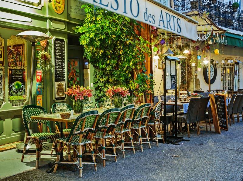 Caffè della via in Mougins alla notte, Francia fotografia stock libera da diritti