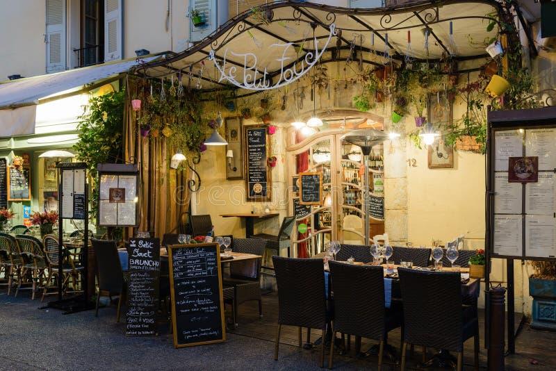 caff della via in mougins alla notte francia fotografia stock editoriale immagine di tabella. Black Bedroom Furniture Sets. Home Design Ideas