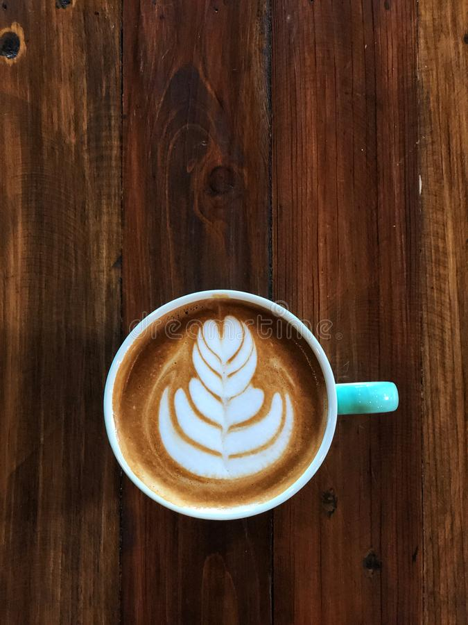 Caffè di arte del latte del cuore in tazza verde e bianca fotografia stock libera da diritti