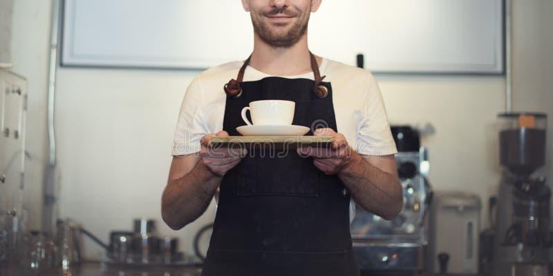 Caffè di barista che fa concetto di servizio della preparazione del caffè fotografie stock