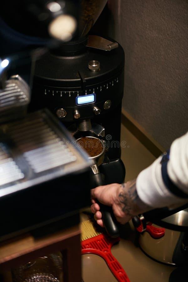 Caffè di barista che fa concetto di servizio della preparazione del caffè fotografia stock